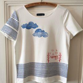 T-shirt marinière blanc avec étendage et nuages