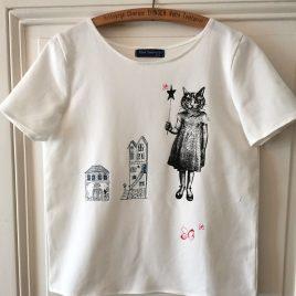 T-shirt blanc avec chat et maisons